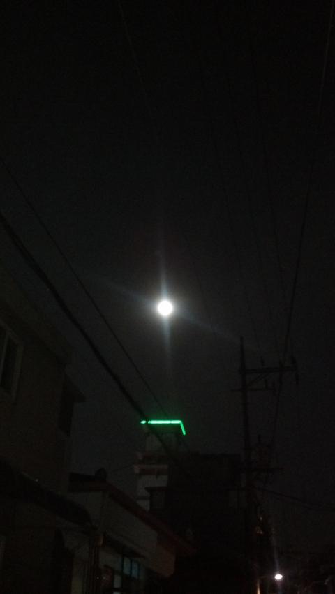 도시의 밤 밝히는 만월