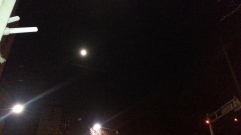 하늘에는 정월대보름 땅위에는 가로등 달2개
