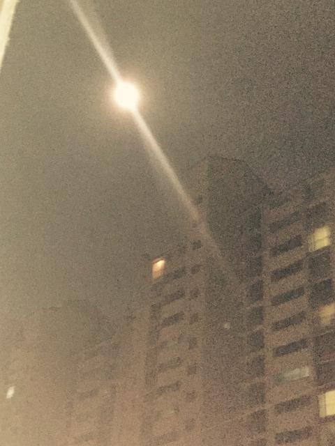 배란다에서.핸드폰으로찍은 빛으로반사되는달.^