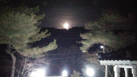 쌍곡계곡의 제3곡 떡바위의 보름달