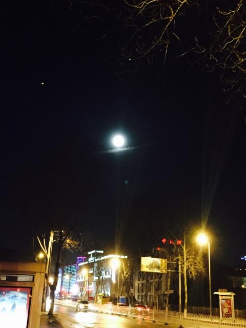 구름위에 걸친 보름달(중국)